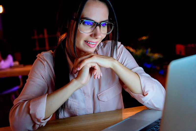 Mujer Pensando en Nombres para su Nuevo Blog